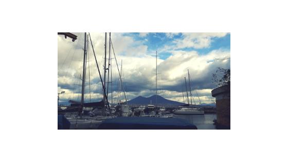 Widok na Wezuwiusz z portu w Neapolu